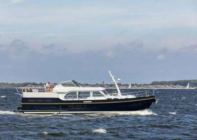 linssen-grand-sturdy-45-ac-intero-eggshell-white-blue-hull